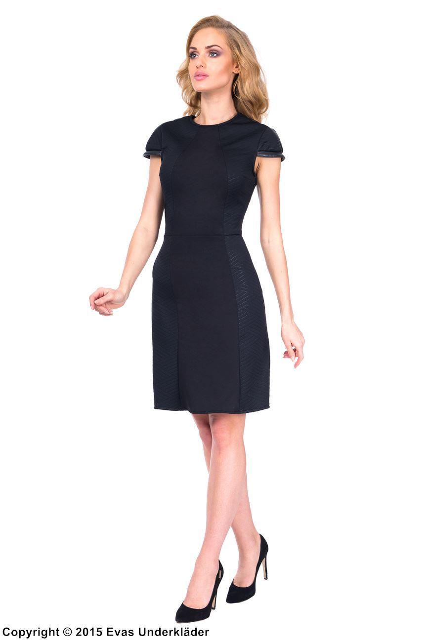 Stilren klänning med mönster på sidorna